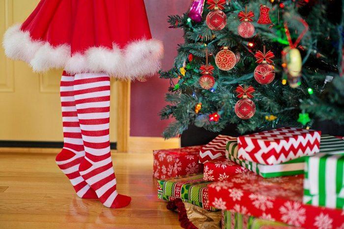 s-decorating-christmas-tree